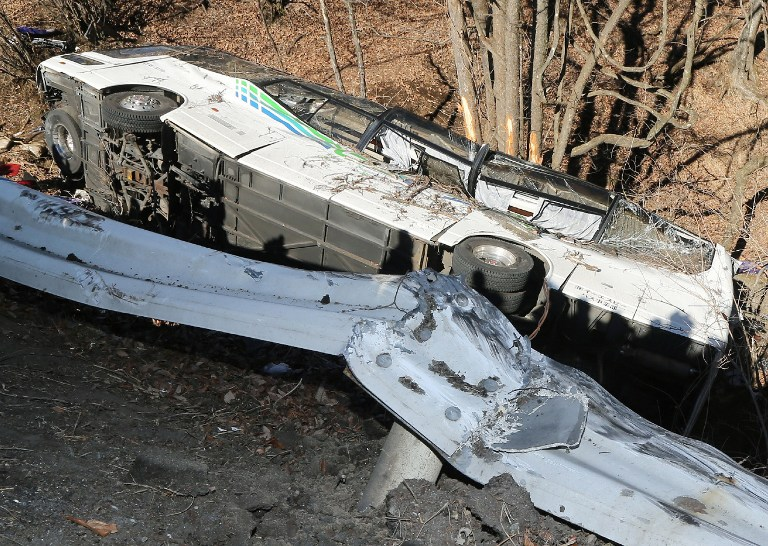 A general view shows the wreckage of a bus which crashed after running off a road in Karuizawa, Nagano Prefecture, on January 15, 2016. Fourteen people were killed and dozens injured when a bus taking them to a ski resort ran off a mountain road in central Japan early on January 15, the government said. AFP PHOTO/JIJI PRESS JAPAN OUT / AFP / JIJI PRESS / JIJI PRESS