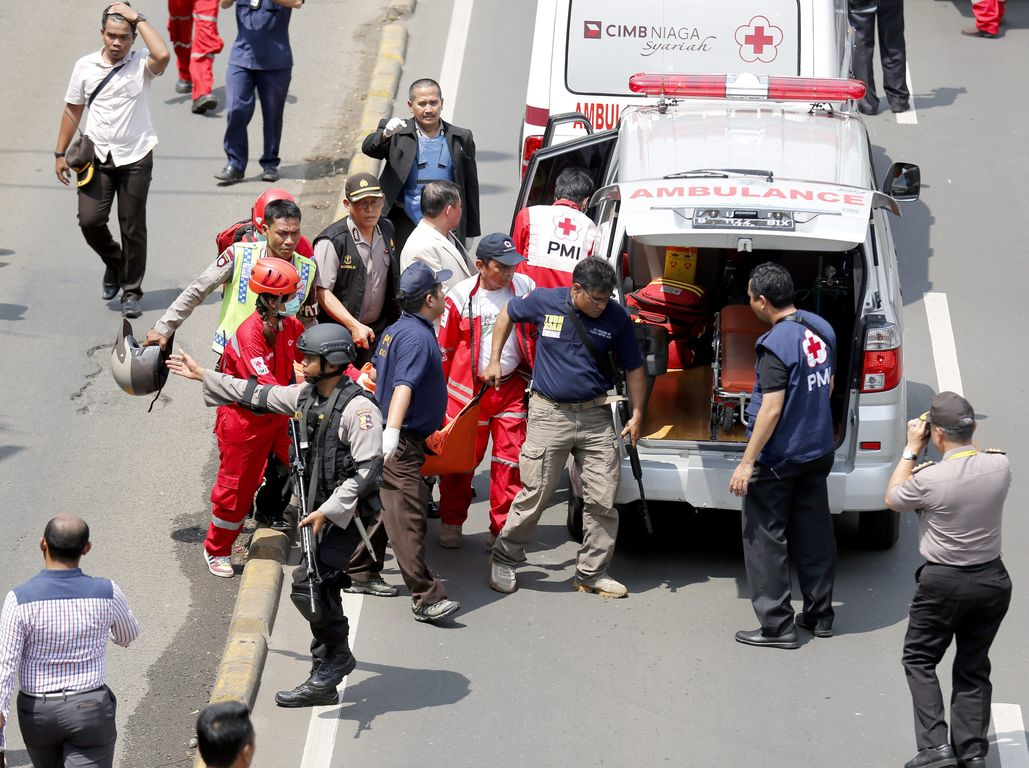 epa05101040 Members of the Indonesian Dockter Police carry dead victims after a bomb blast in front of a shopping mall in Jakarta, Indonesia, 14 January 2016. Seven people, including four suspected attackers, are killed in bomb and gun attacks in the Indonesian capital Jakarta, police said. The assailants struck outside a Starbucks cafe and a police post near the well-known Sarinah shopping complex, city police spokesman Muhammad Iqbal said. EPA/BAGUS INDAHONO