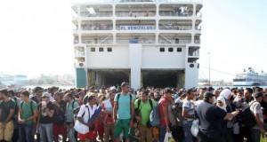 refugiati la bord in Pireu